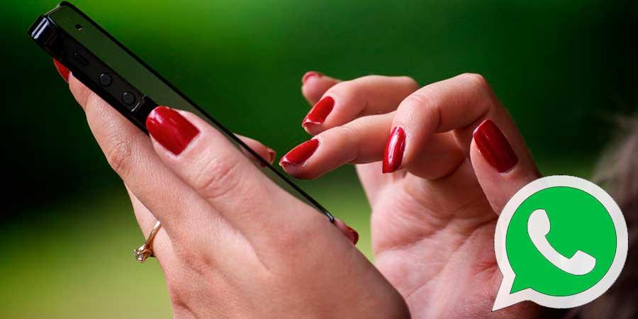 Dedos confirmando en el móvil que ha leido el mensaje de WhatsApp